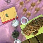brennnesselbrot mit pesto vom basilikum mit franzosenkraut und kornelkirschtopfen mit honig; kombucha; folke tegetthoff - wildkräutermärchen