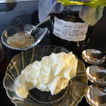 zutaten: süß-sauer eingelegte walnüsse, etwas geschlagene sahne, geriebene mandel (walnüsse, haselnüsse, erdnüsse ....), sirup (honig, ahornsirup ....)