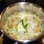 gurkenstückchen zur suppe geben und nochmals
