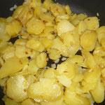 ...dann die kartoffelscheiben dazugeben; salzen