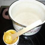 lanolin mit holzspatel oder plastik- oder glaslöffel herauskratzen und in einen emailierten topf geben