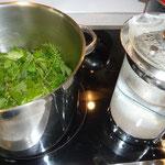 heißes wasser übergießen und mit gemüsesuppenwürfel würzen