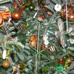 da wir vor weihnachten in litauen waren, habe ich bersteinkugeln mitgebracht. bernstein ist ein uralter harz aus bäumen!