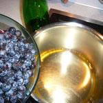 schlehenfrüchte und zwetschen werden im apfelsaft