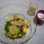 dotter mit toastbrot, olivenöl, etwas gemüsesuppe und kleingeschnittene kr mischen