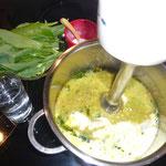 mit sahne, wasser auffüllen - bis eine cremige suppe entsteht