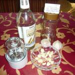 zutaten: knoblauchknollen, hochprozentiger alkohol, ein weithalsiges glas, mixer