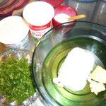 zutaten: kleingeschnittene wildkräuter, topfen, sauerrahm, kräutersalz, butter, etwas cottage chees