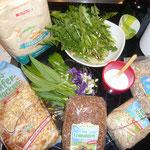 zutaten: dinkelmehl, haferflocken, sonnenblumenkerne, sesam, leinsamen, salz, olivenöl, wasser, lowenzahn, bärlauch, duftveilchen