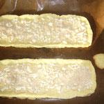 hellbraun bei 180 grad backen und auskühlen lassen, dann mit brösel belegen (fängt den austretenden saft der ribisel auf)