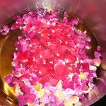 wasser und zucker aufkochen, zitronensäure dazugeben und anschließend die sauberen duftrosenblüten hineingeben, umrühren und