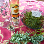 zutaten: getrocknete weinraute, pfefferminze, rosmarin, ein weithalsiges glas, spätauslese