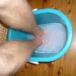 warmes wasser dazugeben und 10 minuten die füße darin baden