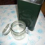 ein schraubglas und olivenöl