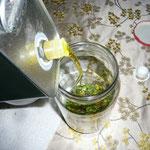 mit olivenöl übergießen, bis die blüten schwimmen