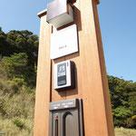 シンプルで機能的な木製門柱。