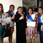 Die Absolventinnen mit der Direktorin von Cisol, Rosa Rodriquez (Mitte).