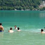 Baignade dans le lac d'Aiguebelette ; Source Flickr