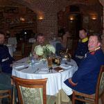 Speis und Trank umgeben von historischen Waffen und Uniformen
