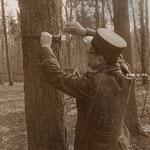 Feldweibel Jaberg kontrolliert das ordnungsgemässe Verlegen einer Feldtelefonleitung
