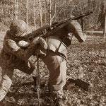 Ein überraschender Tieffliegerangriff wird mit dem MG 42 bekämpft...