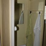 WC jetzt mit Waschbecken und Spiegel