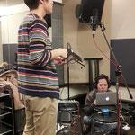 Signのコーラスを録るGt.ケンモツ。右は今回のレコーディングを担当していただいている小豆さんです。