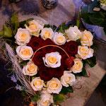 "Rosenherz mit Rose ""Creme de la creme"" und ""Red Naomi"""
