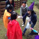 キャンディーをもらいに行く途中、魔女に行く手をはばまれます。魔女役はお母さん達!ノリノリで子ども達の行く手をはばんでくれました!