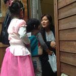 'Trick or Treat!' 保護者扮する村人からキャンディーをもらいます。
