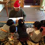サンタさんがクリスマスの絵本を読んでくれています