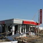 崩壊したレンタカー店。これは仙台空港の周辺。