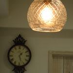 アンティーク調時計と可愛いランプ