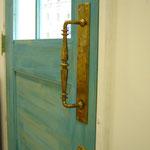 porteの象徴青い扉にアンティーク真鍮ハンドル