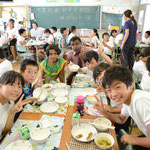 訪問先の小学校で給食を囲んで交流