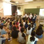 小学生に自分たちの国について、活動について発表しました。