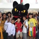 毎日新聞子ども記者と黒猫のクロッチと一緒に