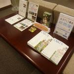 スマホでの募金やオイスカ紹介の冊子等も設置しています。