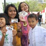 グローバルフェスタにも参加。カードの配布を手伝ってもらいました。
