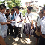 タイの子どもたちからの応援メッセージを受け取るモロカボックの子どもたち