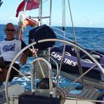 Para distancias cortas ahora subimos el motor al lado con la grúa y el dinghy colgado del arco