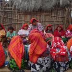 Más mujeres preparando la comida de la fiesta kuna