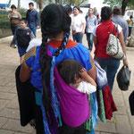 Las mamás indígenas llevan así a sus bebés