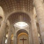 Interior de la Catedral con el Cristo de madera al fondo