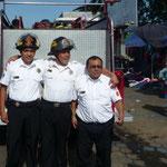 Unos simpáticos bomberos que nos piden que les saquemos una foto
