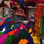 Venta de los coloridos hilos para confeccionar los vestidos y tejidos artesanales
