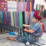 Trabajos con el telar en Santa Catarina Palopó