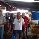Los chicos caminando por el mercado