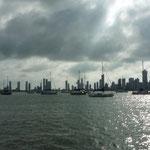 Barcos fondeados y como telón de fondo el barrio de Boca Grande