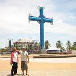Ángel y Jose  en la plaza del Paseo Colón, atrás el escenario del evento contra las drogas
